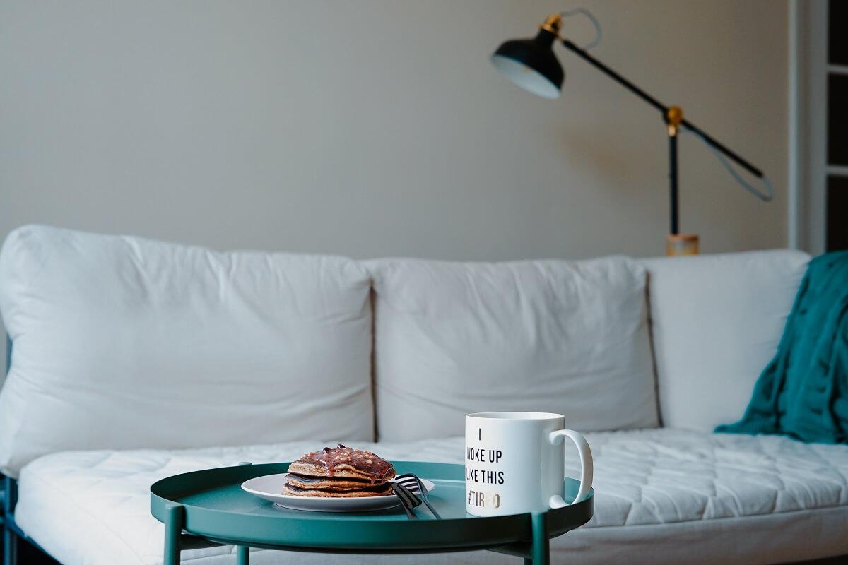 Мятный в интерьере гостиной