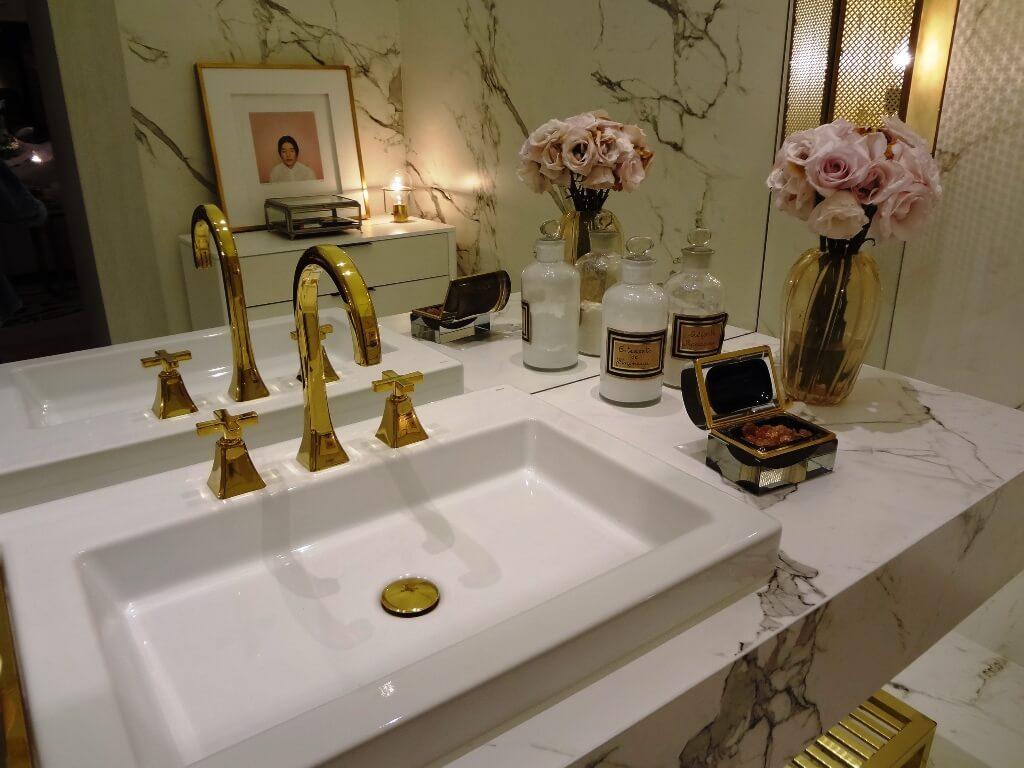 Золотая сантехника в светлой ванной