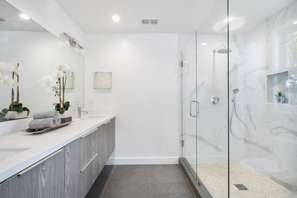 Фактура дерева в минималистической ванной