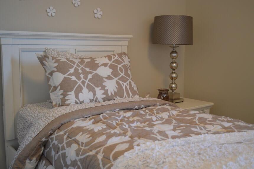 цветочный узор на постели в спальне