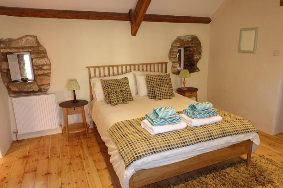 Уютная спальня в стиле кантри