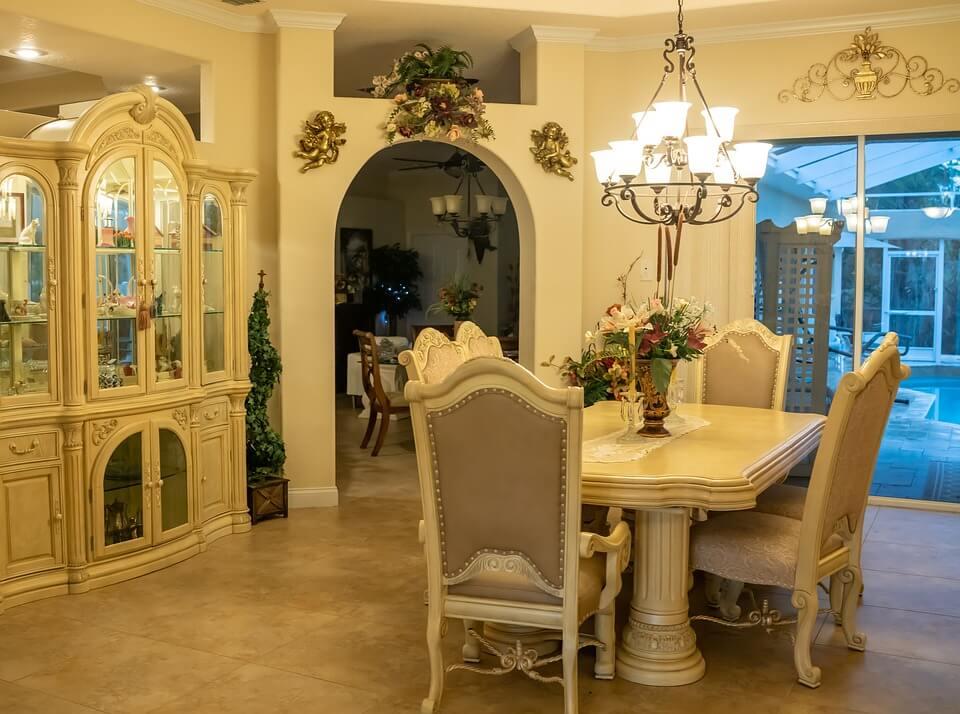 кухня в классическом стиле с живыми цветами