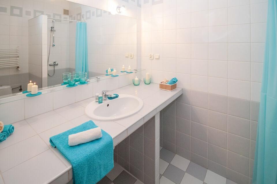 Акцент на деталях бирюзовой ванной