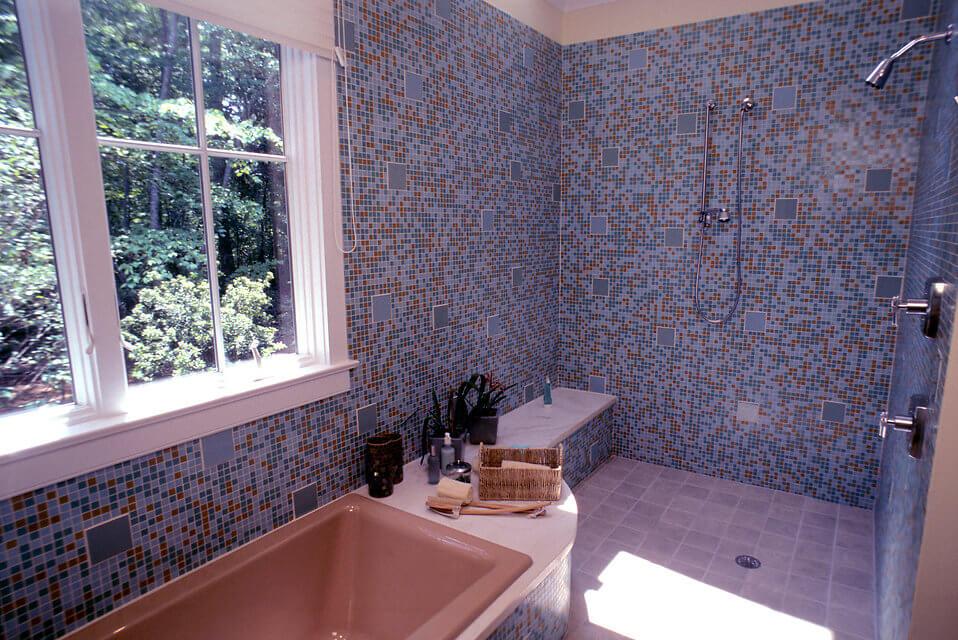 Яркая мозаика с дизайном ванной