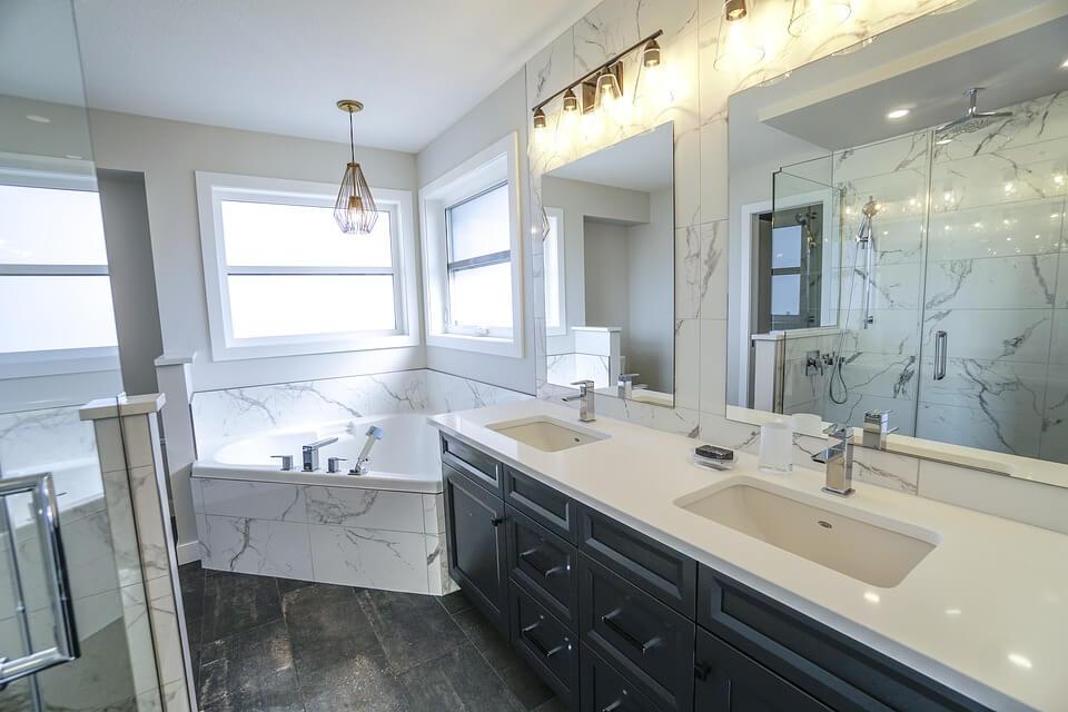 Белый мрамор в отделке ванной