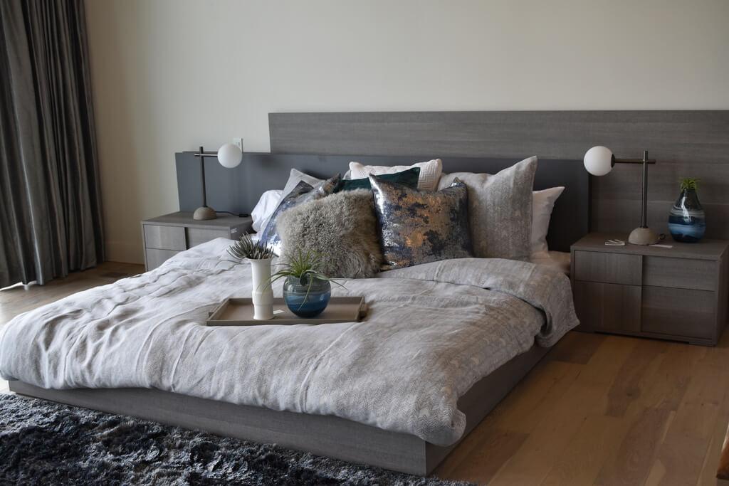 Декоративные подушки в минималистической спальне