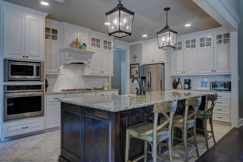Белая кухня с серой столешницей из мрамора