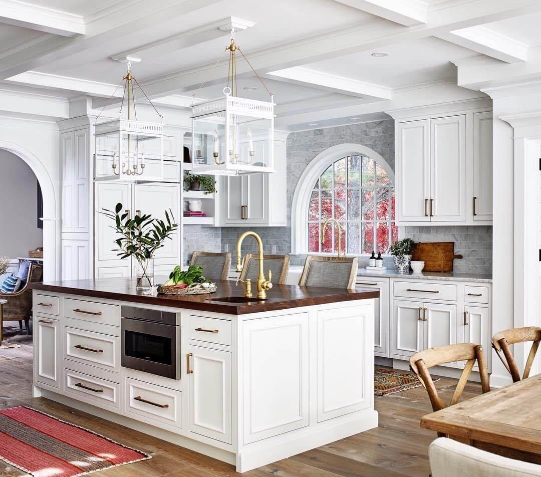 Классика в интерьере кухни в белых тонах