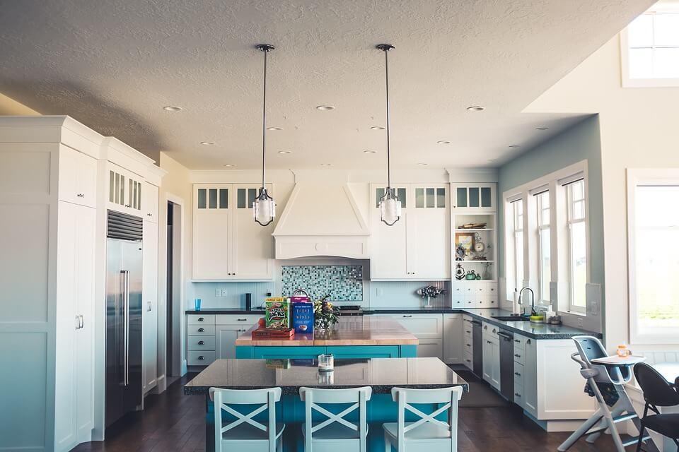 белая кухня с голубым акцентом