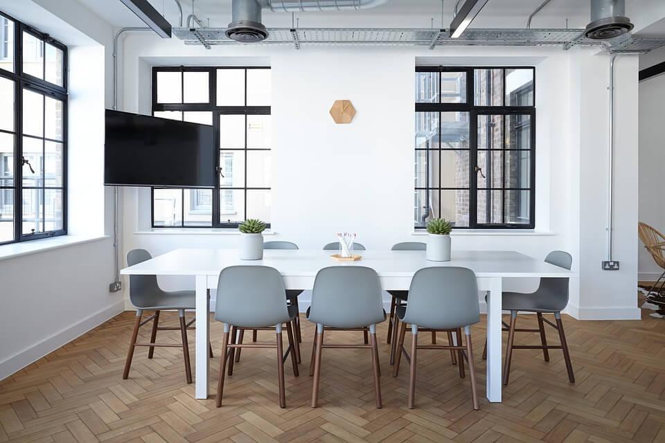Оштукатуренный потолок с коммуникациями в стиле лофт