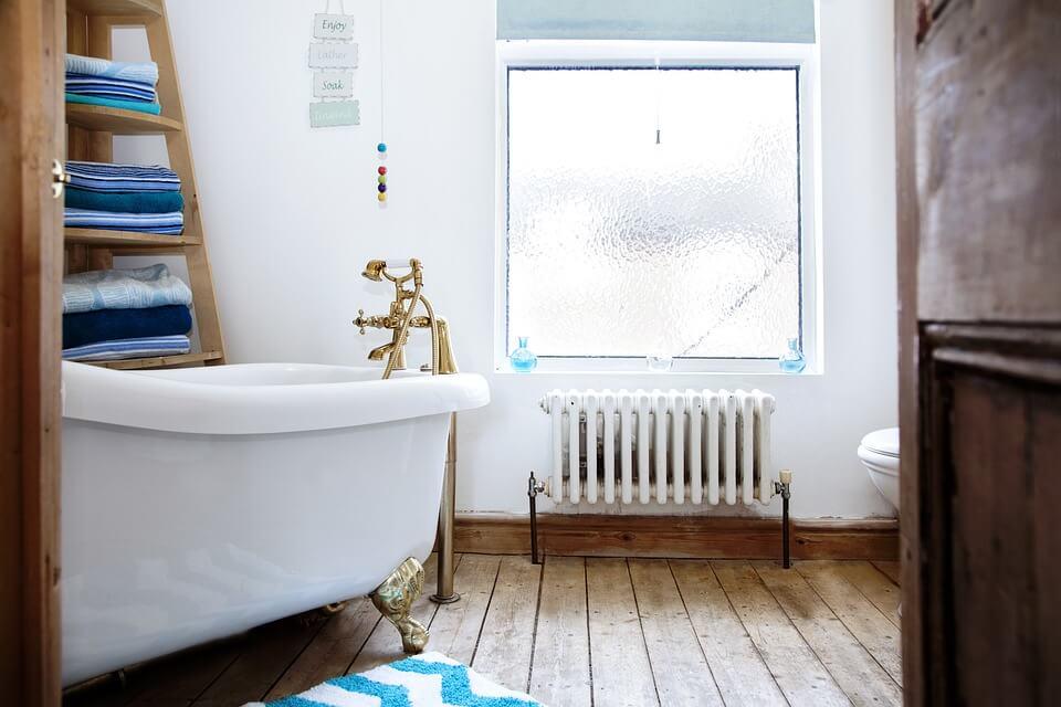 уютный дизайн в бирюзовой ванной