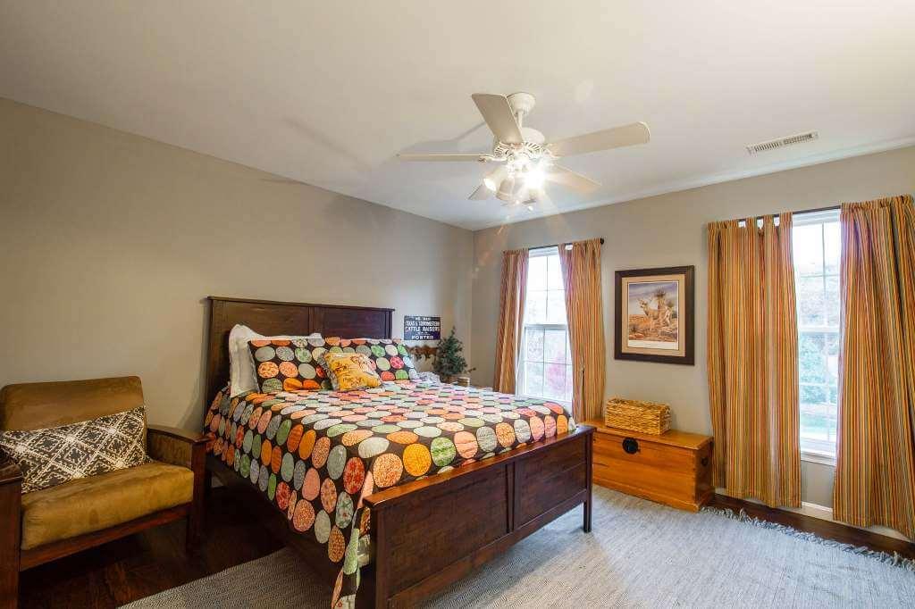 однотонные стены и яркий текстиль с спальне