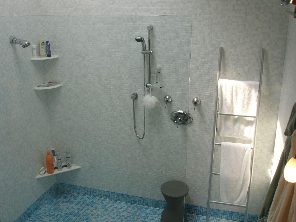 пол в одном стиле с мозаикой отделкой стен