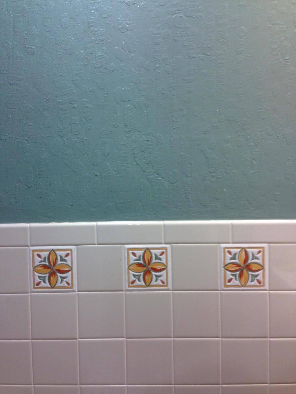 Светлая плитка и штукатурка в ванной