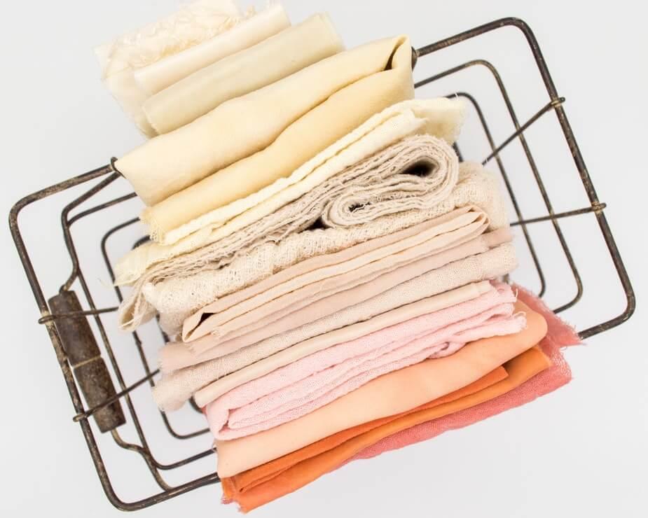 цвет текстиля в бежевой ванной
