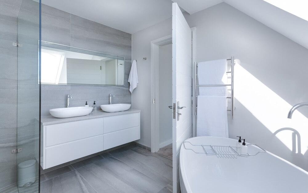 Минималистический интерьер бело-серой ванной комнаты