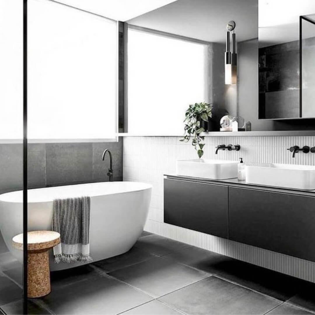 Каменная плитка на полу минималистичной ванной