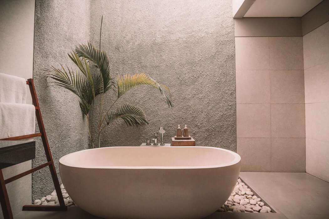 сочетание серого и кремового цвета в оформлении ванной