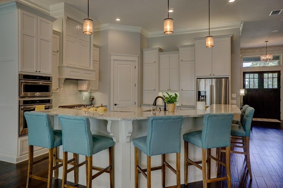 светлая кухня с голубой мебелью