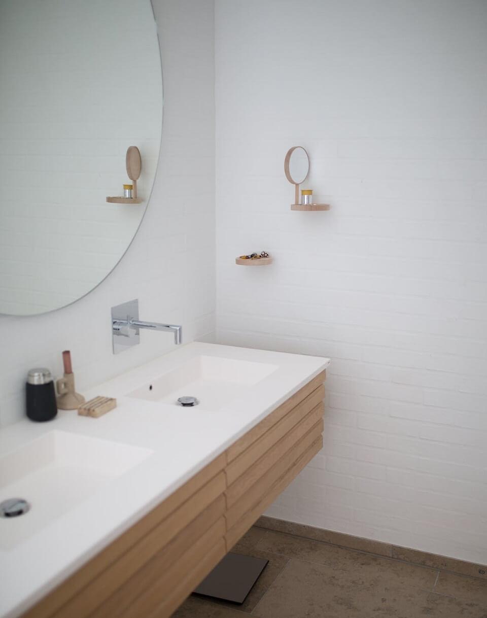 сочетание белой кирпичной кладки стен с полом цвета капучино