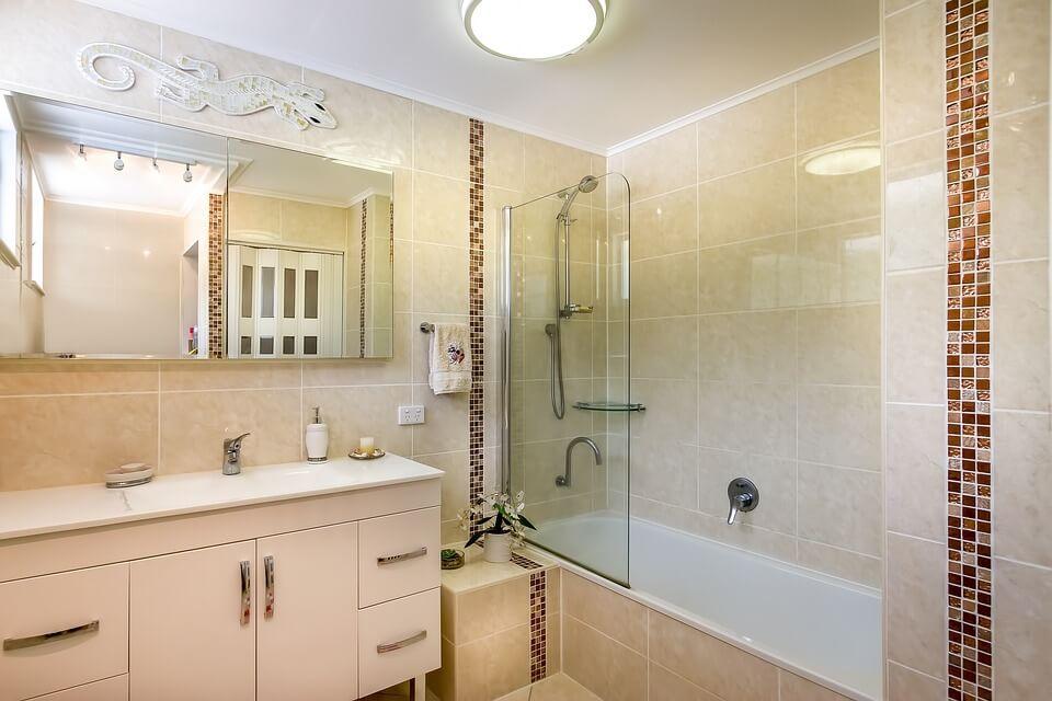 классическое оформление ванной в бежевых тонах