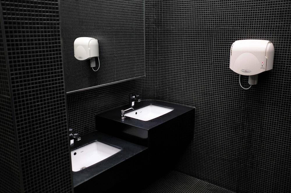 недостатки черно-белого цвета в ванной комнате