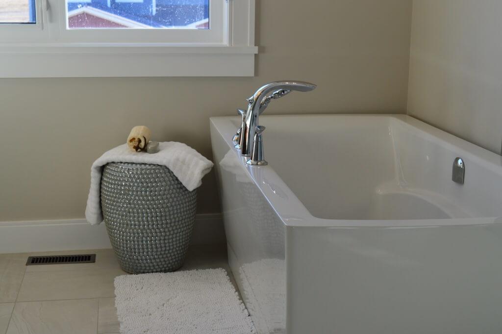 Детали ванной в светлых тонах