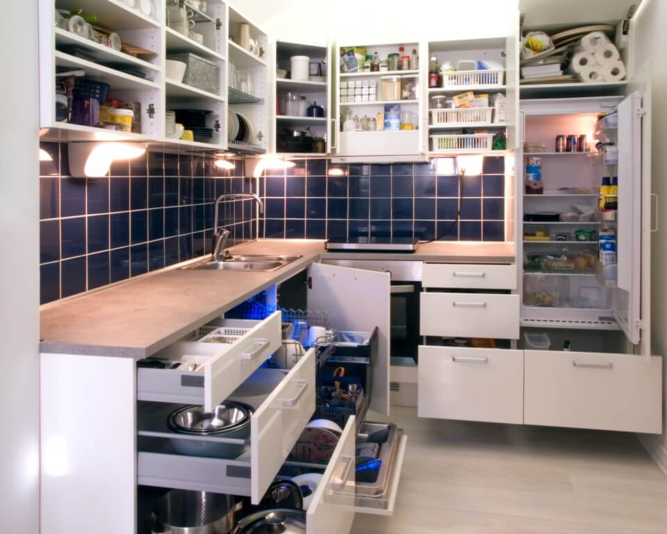 Белая кухня с деревянной столешницей и удобными выдвижными ящиками