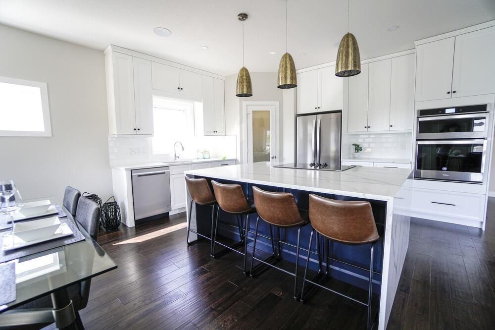 Современная белая глянцевая кухня с барными стульями