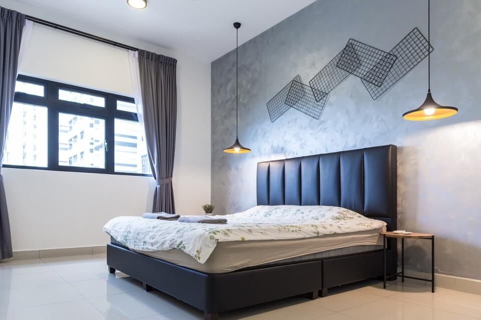 Серо-белая спальня в стиле минимализм