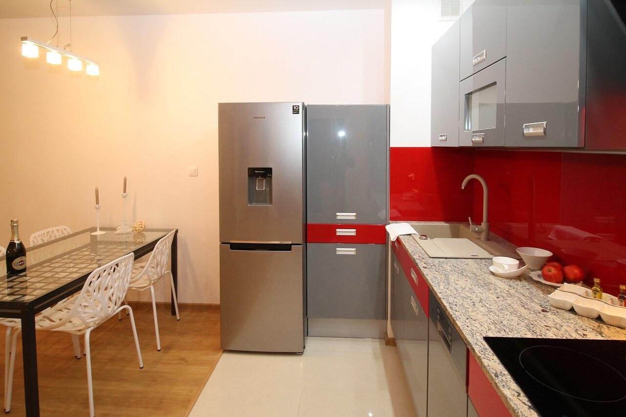 красно-серая кухня в интерьере