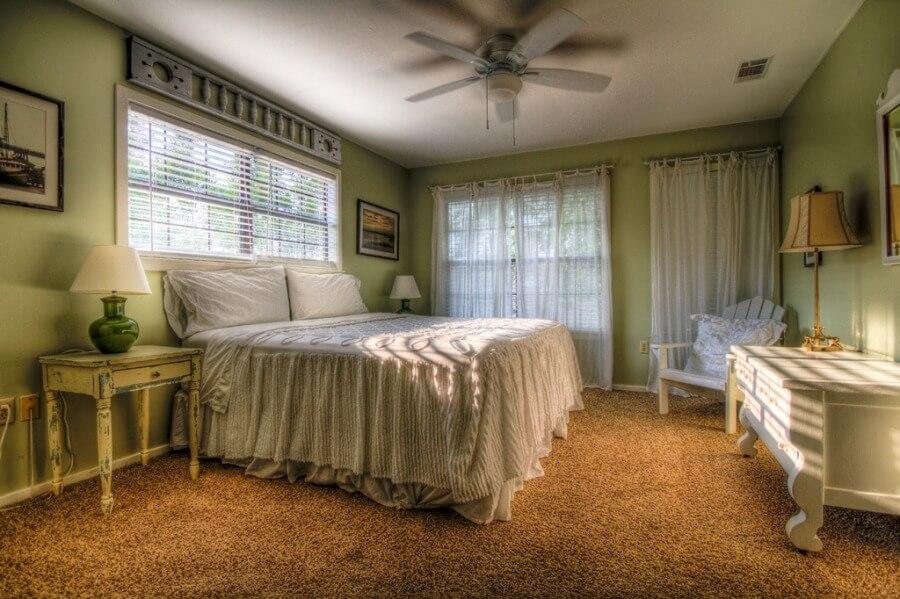 Текстиль в стиле кантри в спальне