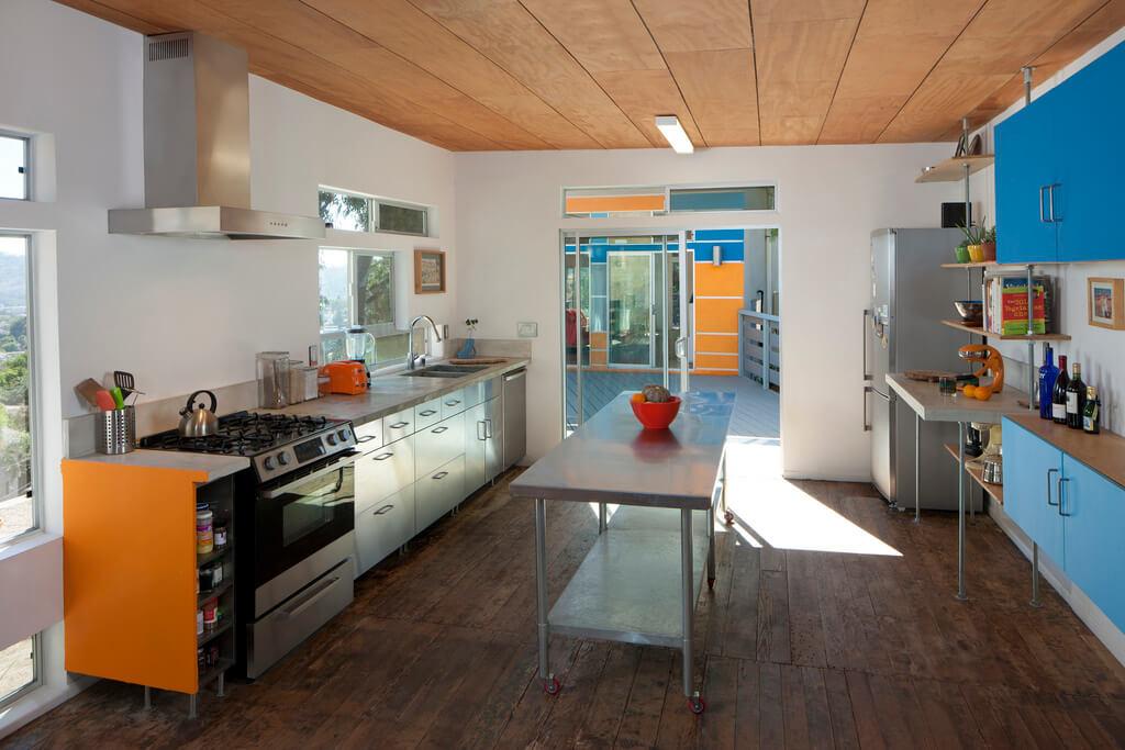 кухня с голубыми фасадами гарнитура