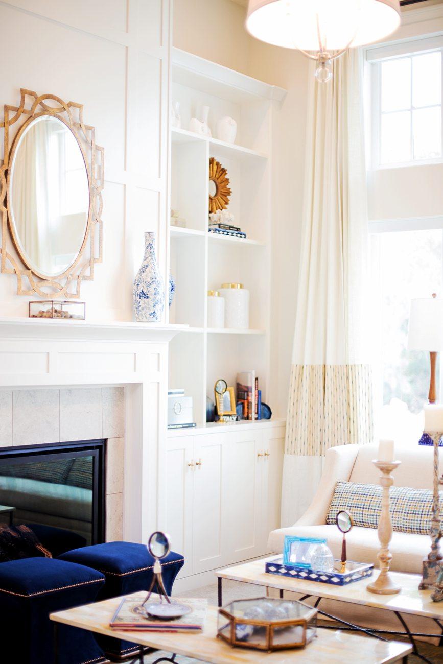 Зеркало – светильник в гостиной