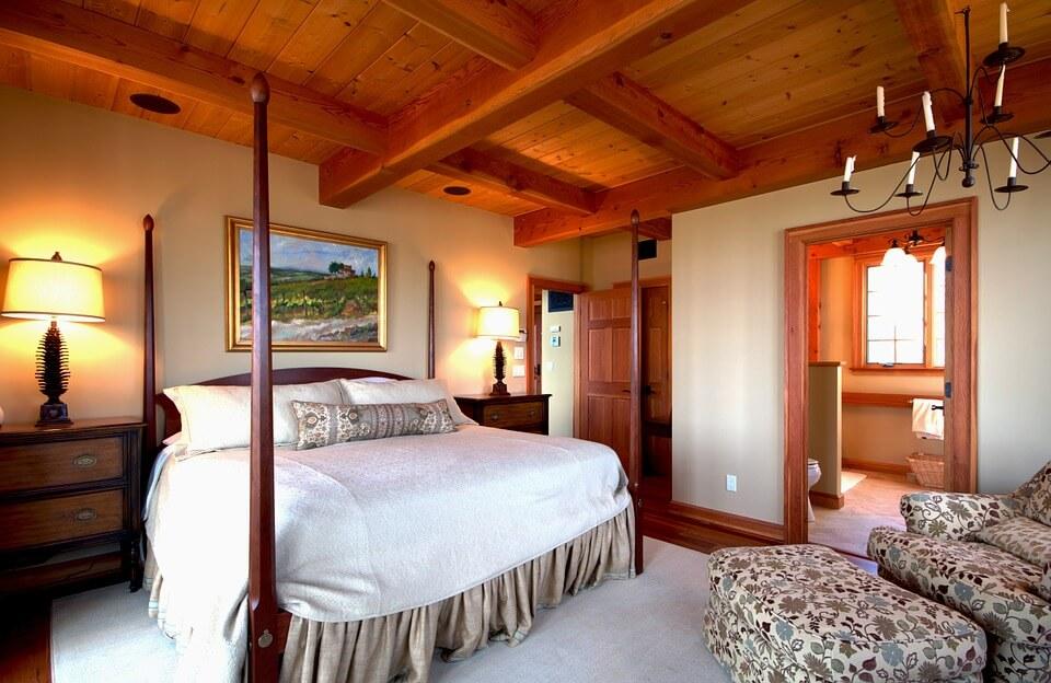 Классическая спальня с деревянной отделкой
