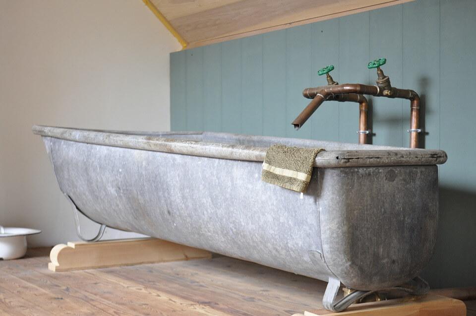 металл в бирюзовой ванной