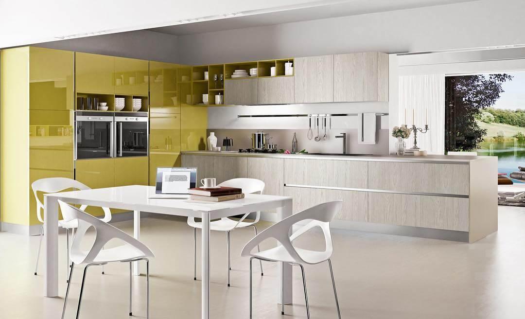 Яркий гарнитур в светлой кухне