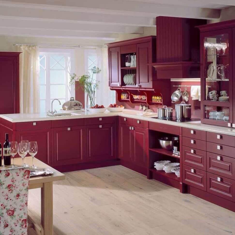 Сочетание вишневого и белого цветов в кухонном пространстве