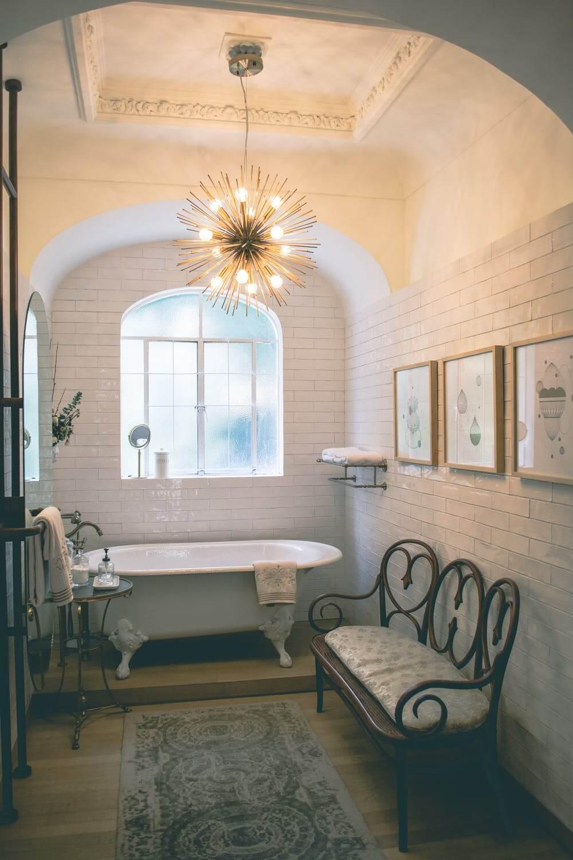 сочетание цветов и витых элементов в интерьере ванной