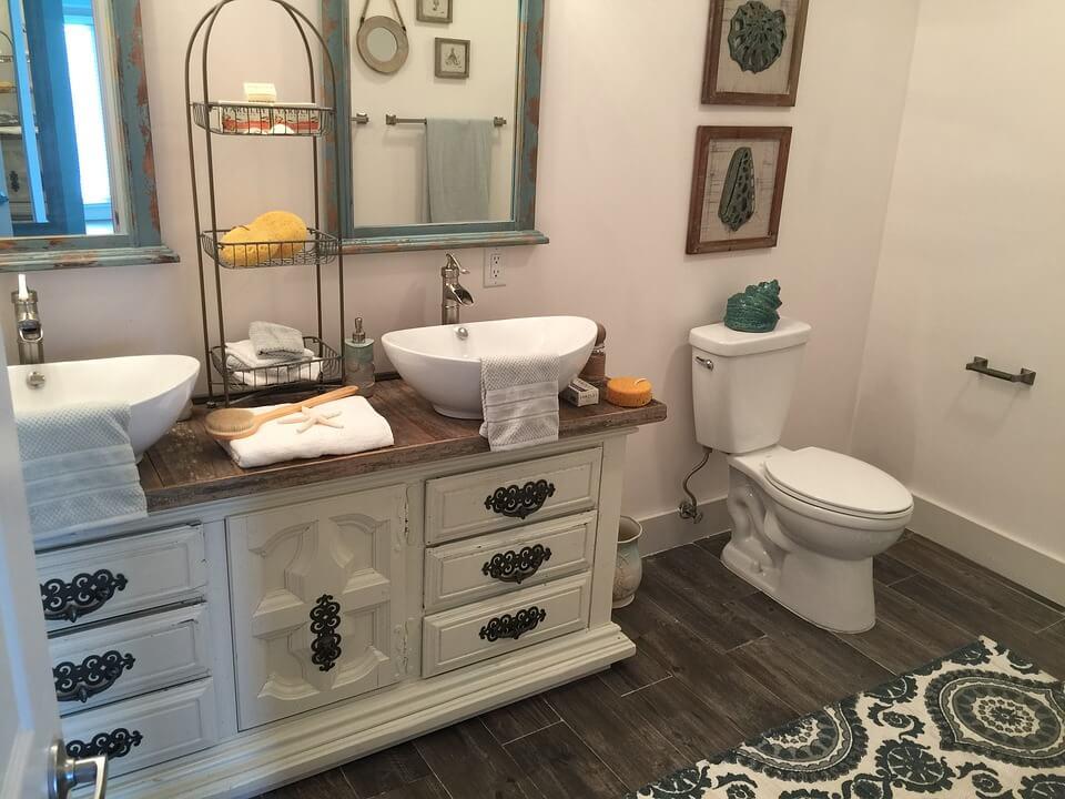Фурнитура и мебель в бирюзовой ванной