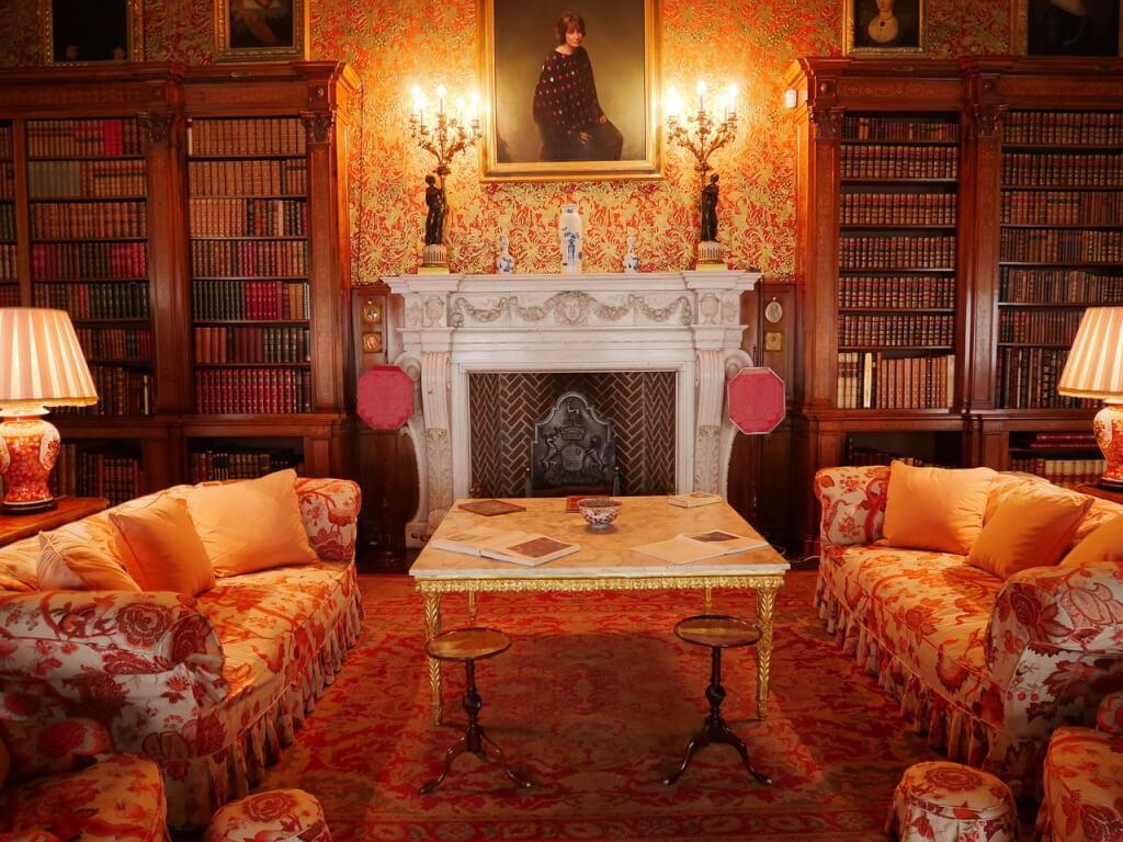 Камин в аутентичной классической гостиной
