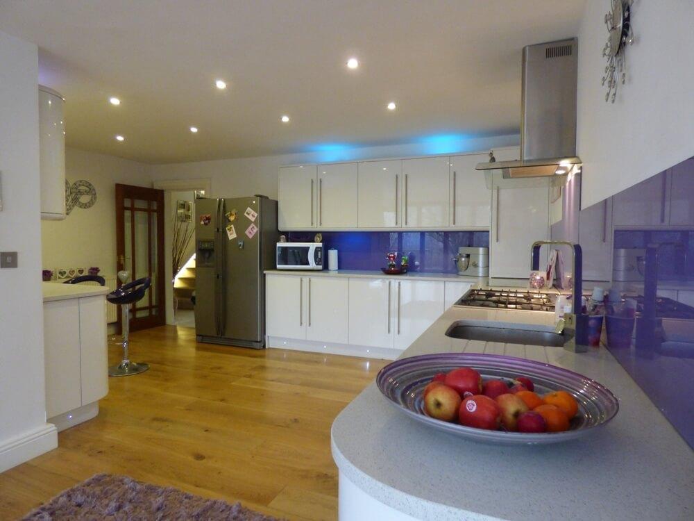 Белая глянцевая кухня с отражающими фасадами