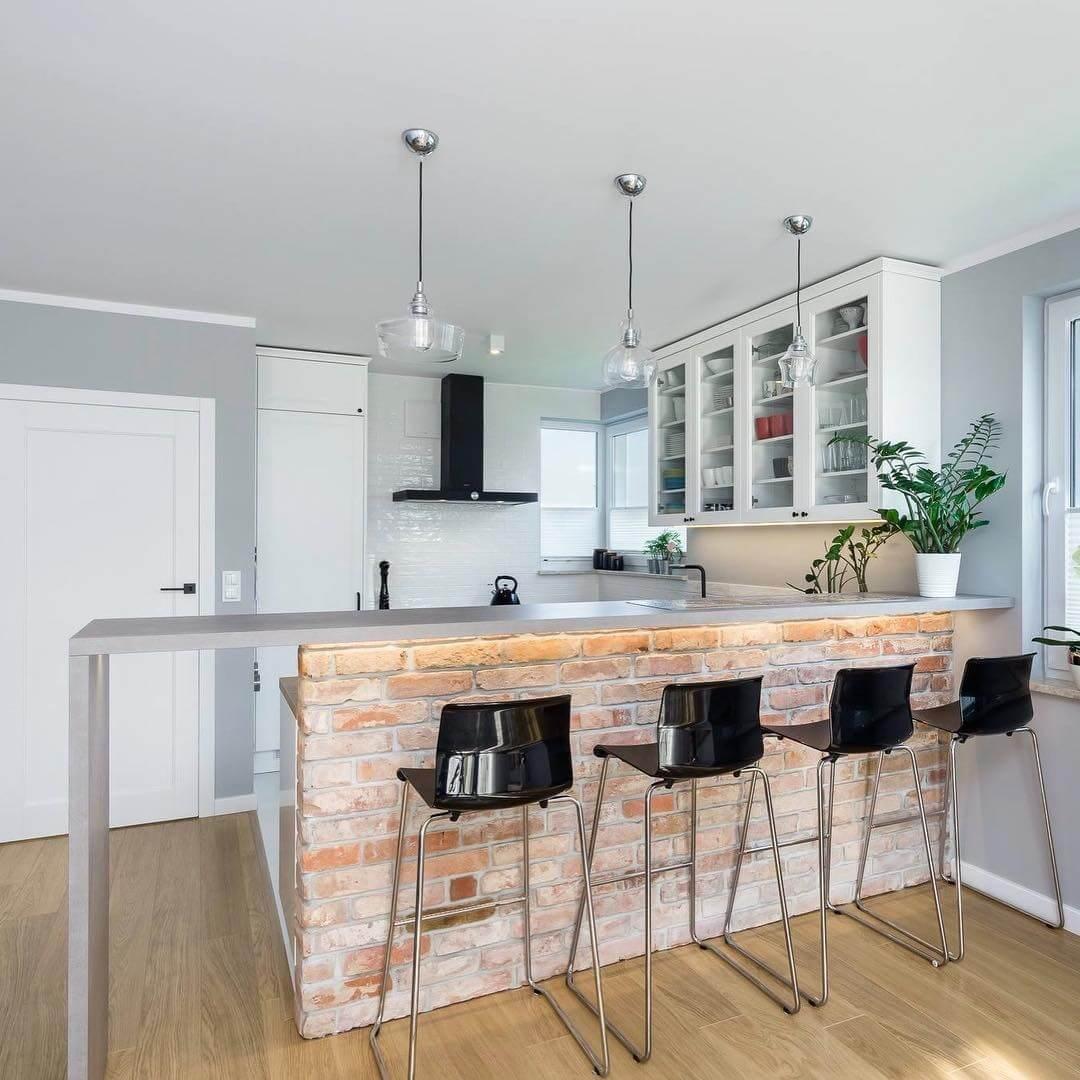 кирпичная барная стойка в белой кухне