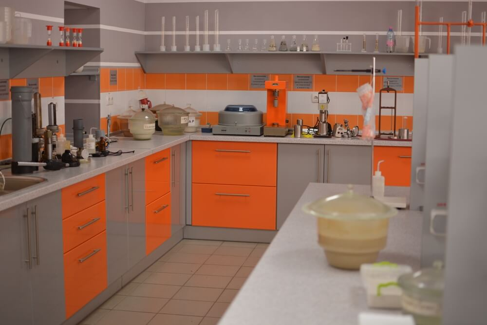 Кухонный гарнитур с оранжевым низом