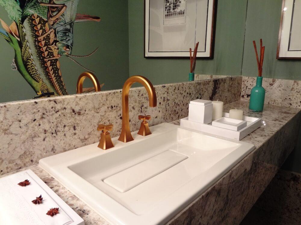 Детали в оформлении бирюзовой ванной комнаты