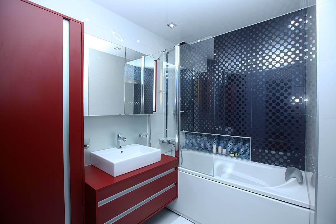 Интерьер красно-белой ванной