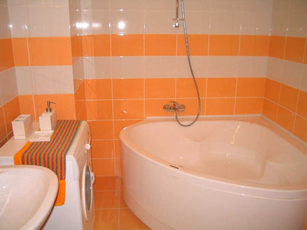 яркая плитка в белой ванной комнате