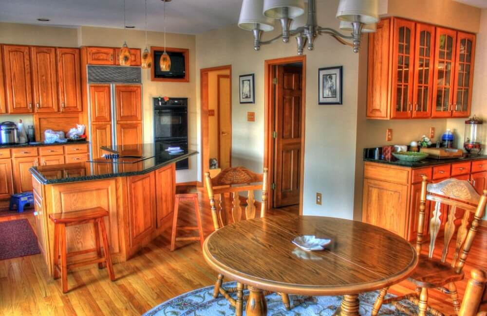 оранжевая кухня в классическом стиле