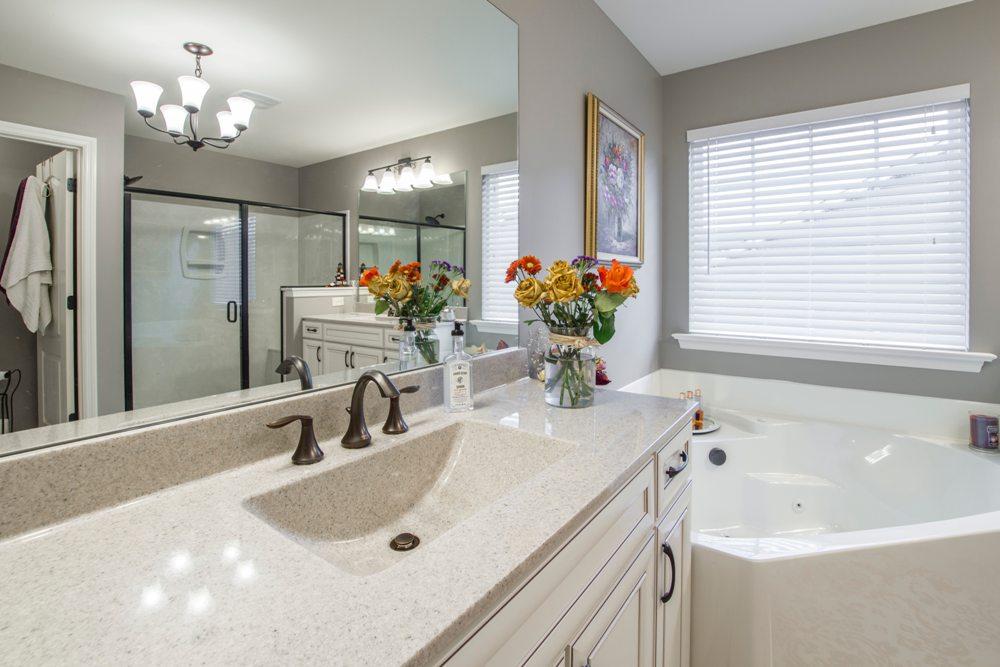 Фото дизайна серой ванной комнаты