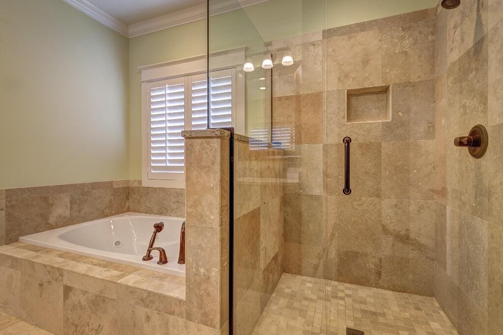 Размещение душевой зоны в светлой ванной